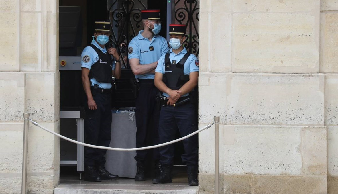 فرنسا تفرض وضع الكمامات في الأماكن المغلقة العامّة