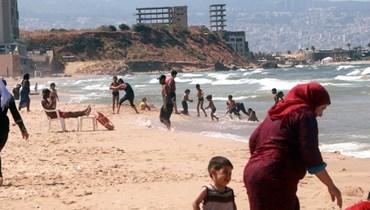 برغم مجاري الصرف الصحيّ وكورونا... المسبح الشعبي في الرملة البيضاء وُجهة الفقراء (صور)