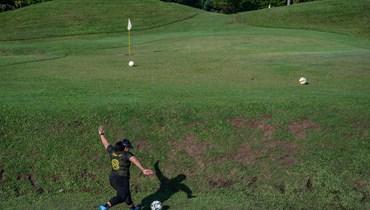 """""""فوتغولف"""": رياضة حديثة تمزج بين الغولف وكرة القدم (صور)"""