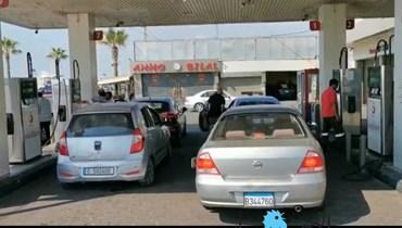 زحمة سيارات أمام محطات المحروقات في صيدا