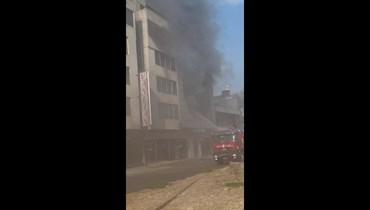 حريق في مبنى على طريق برج حمود البحرية... لا أسباب واضحة بعد (فيديو)