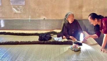 طوله 6 أمتار... عجوز فيتنامية لم تقصّ شعرها منذ 64 عاماً