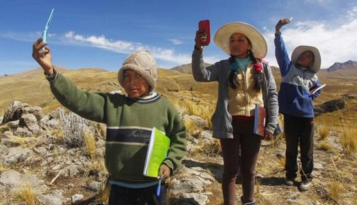 """""""أتعلّم في القمّة""""... طلاب في البيرو يتسلّقون الجبال لحضور الدروس الافتراضيّة"""