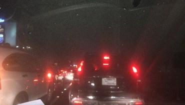 قطع الطريق في سليم سلام بالاتجاهين بالإطارات والحاويات المشتعلة (فيديو)