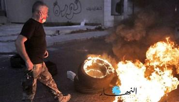 تفاقُم الأزمات المعيشية وسط العتمة... قطع طرق بالإطارات المشتعلة في بيروت (صور وفيديو)