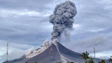 أعمدة دخان بطول 5 كيلومترات... بركان سينابونغ في إندونيسيا يثور للمرة الثالثة خلال أسبوع
