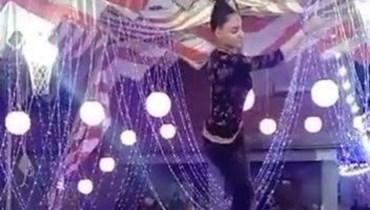 """معلَّقة من شعرها... """"الراقصة الطائرة"""" تثير الجدل في مصر (فيديو)"""