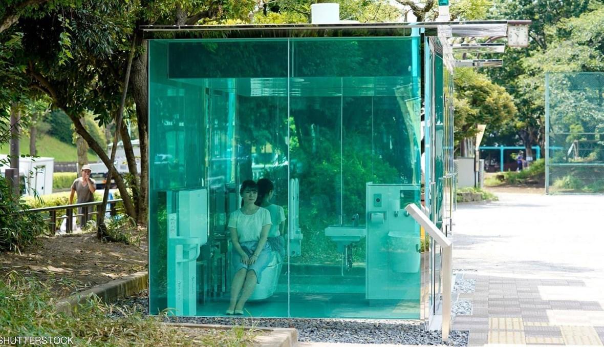 حمّامات بجدران شفّافة تنتشر في حدائق اليابان العامة!