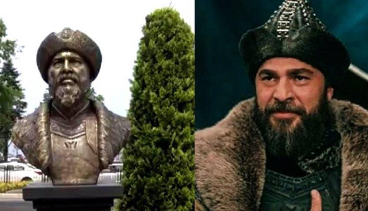 """""""تمثال أرطغرل"""" يتسبّب بطرد مديرَيْن في تركيا... ما علاقة أنجين ألتان دوزيتان؟ (فيديو)"""