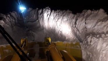 ارتفاع الثلوج بلغ 4 أمتار... جرافات الأشغال تعمل على فتح الطرق العكارية (صور وفيديو)