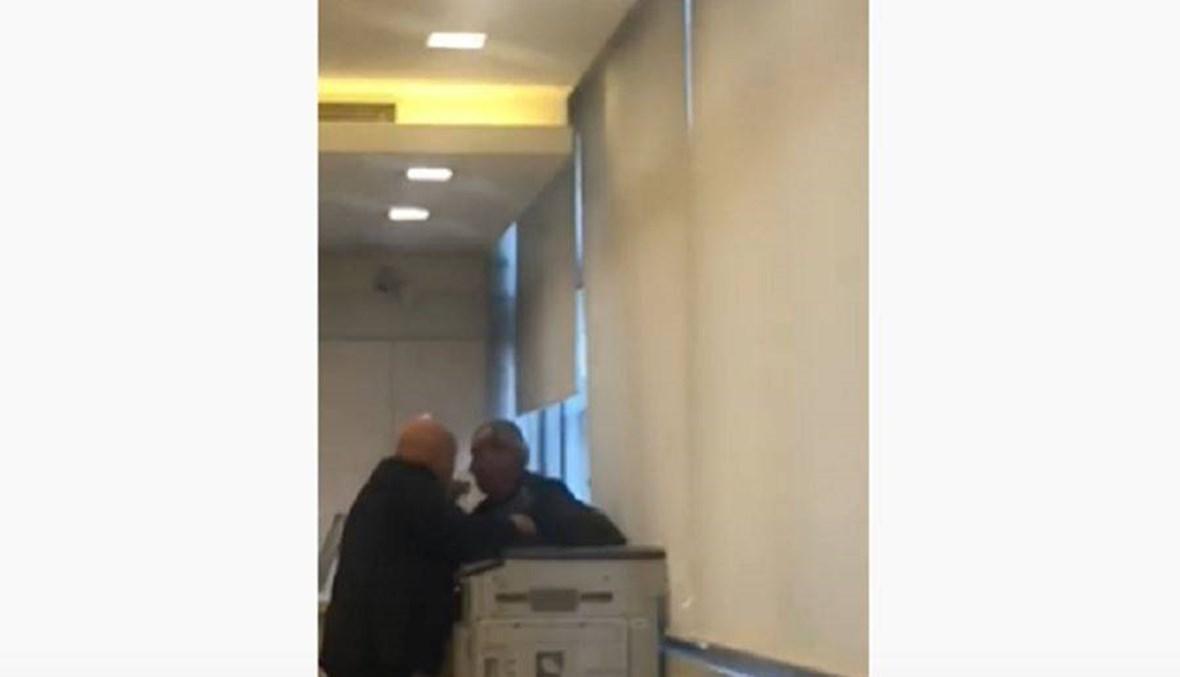 بالفيديو- المشهد الأكثر تعبيراً... مواطنٌ يحاول إحراق نفسه داخل أحد المصارف