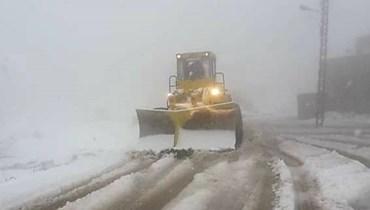 إعادة فتح طريق فنيدق القموعة - عكار بسبب الثلوج (فيديو)