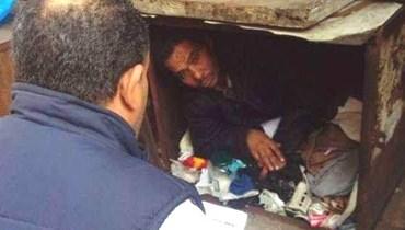 تفاصيل صادمة... شاب مصري يعيش في صندوق حديدي بالشارع 31 عاماً
