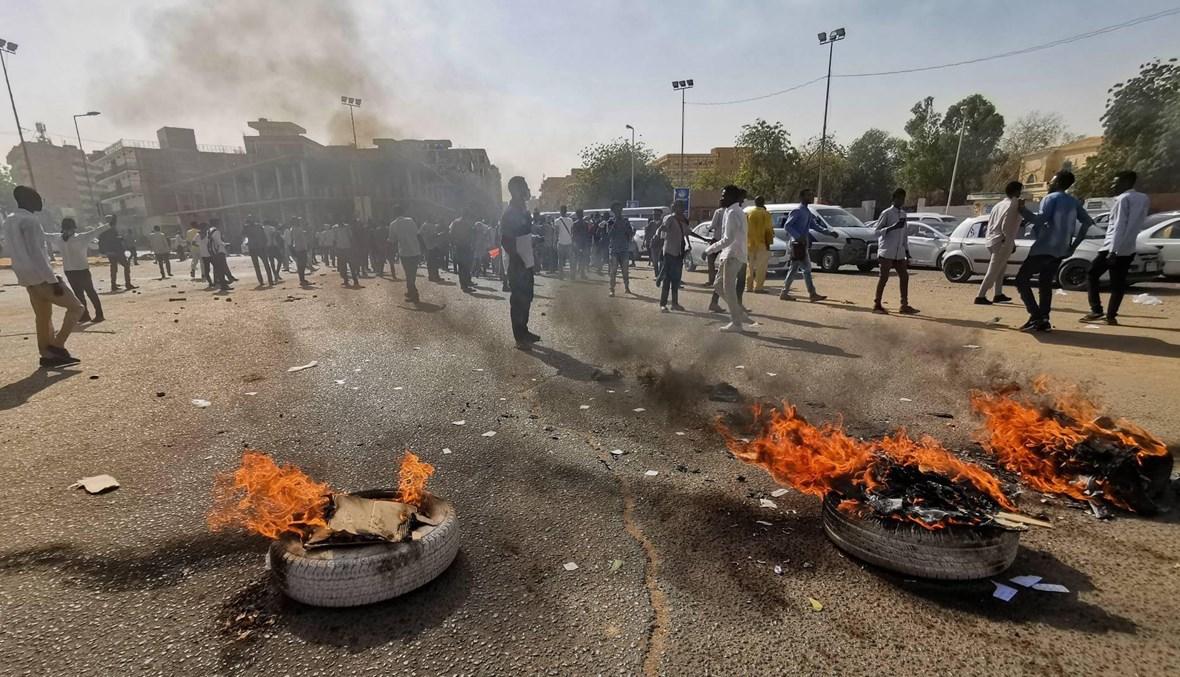 """تظاهرة في الخرطوم رفضاً """"لإبعاد أحرار الجيش"""": غاز مسيل للدموع وإطارات مشتعلة"""