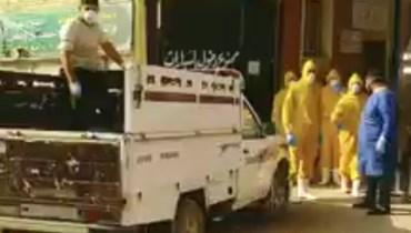 داخل كيس بلاستيكي... جثمان متوفّى بالكورونا على سيارة نقل يثير الجدل في مصر (فيديو)