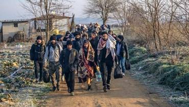 المهاجرون يواصلون مسيرهم من تركيا باتجاه الحدود اليونانية (ا ف ب).