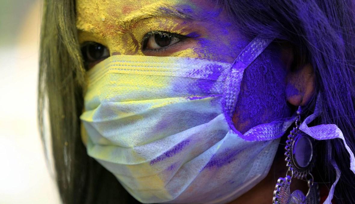 """بالصور... المئات يحتفلون بمهرجان الألوان """"هولي"""" وسط مخاوف من كورونا"""