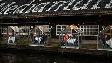 """فكرة لافتة للحفاظ على مسافة آمنة... مطعم هولندي يستقبل زبائنه في """"بيوت زجاجيّة"""""""