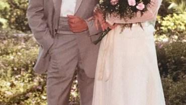 """""""لا يزال القلب ينبض بالحب""""... امرأة ترتدي فستان زفافها بعد 35 عاماً على الزواج"""