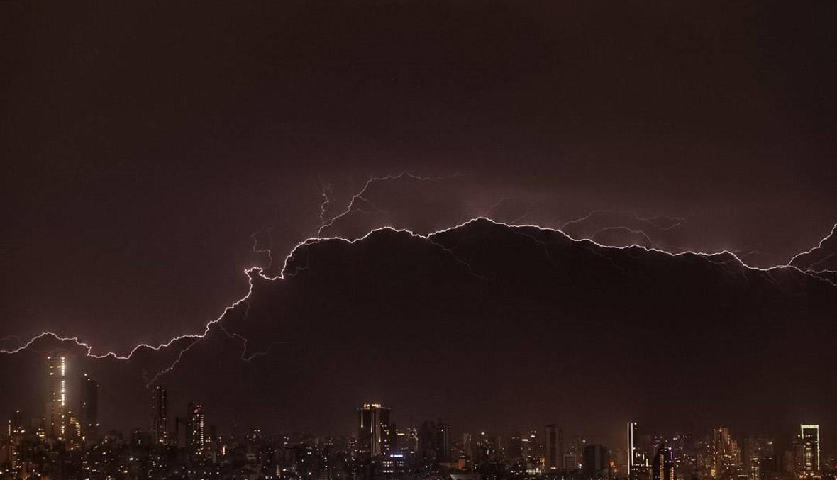 أفق بيروت المغطّى بالضباب وفي عين العاصفة