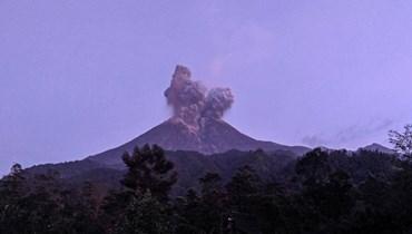 بالفيديو: غيوم بركان إندونيسي ترتفع 6 آلاف متر في السماء