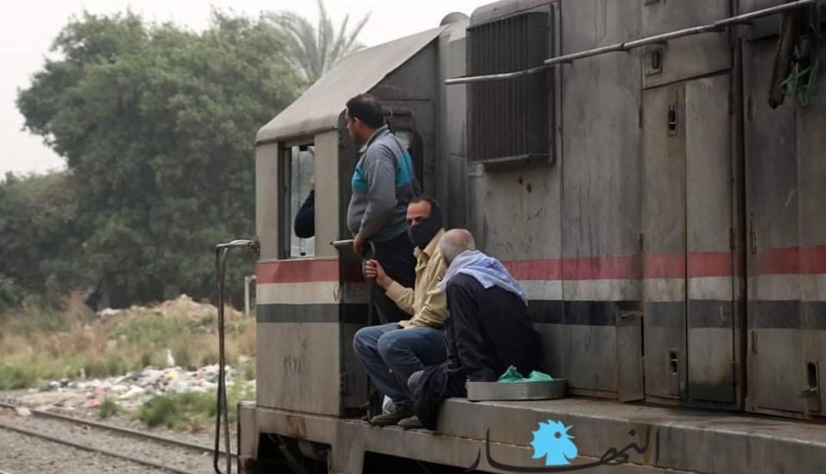 قطارات الضواحي المصريّة لا تخاف من كورونا... الزحمة الخانقة بالصور