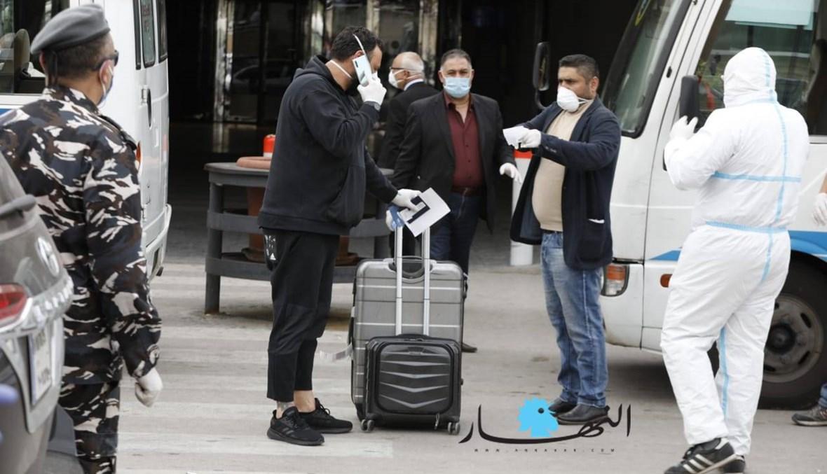 بالصور: المغتربون الواصلون إلى مطار بيروت يغادرون بحافلات إلى مراكز الحجر