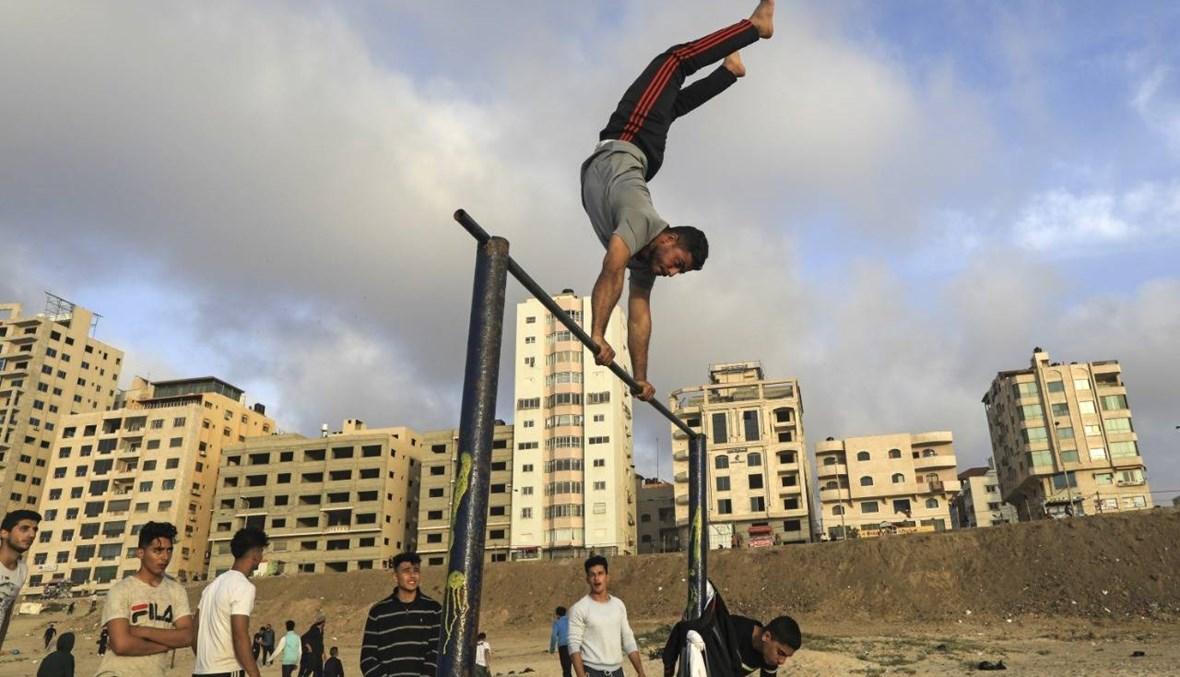 الفلسطينيّون في أزمة كورونا: إغلاق في الضفة، وتجمّعات في غزة