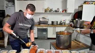 طاهٍ بلجيكي شهير يقدّم أطباقه للمشردين بعدما أقفل كورونا مطعمه... بهجة المهنة