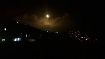بالصور والفيديو: صوت انفجارات على الحدود في ميس الجبل والجيش الاسرائيلي يطلق القنابل المضيئة