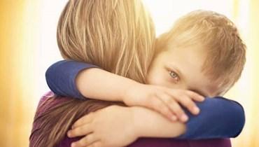 كيف يتعامل الأهل مع تعلق الأطفال الزائد بهم بعد الانفجار؟