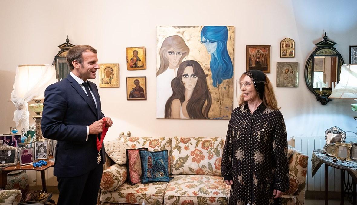 الرئيس ماكرون والسيدة فيروز خلال تقليدها وسام جوقة الشرف الفرنسي (الصورة من حساب السيدة فيروز في تويتر).