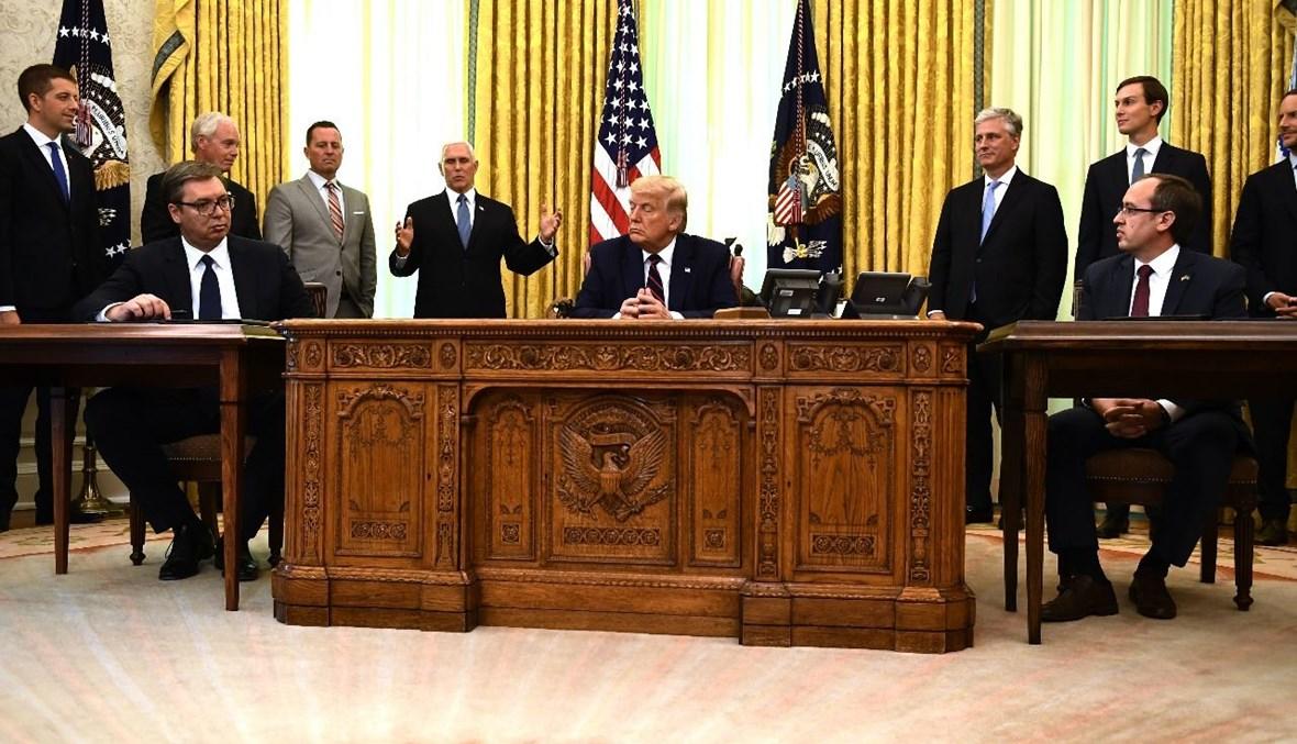 ترامب وهوتي (الى اليمين) وفوتشيتش يستمعون إلى بنس خلال الاحتفال بتوقيع الاتفاق في البيت الأبيض (4 أيلول 2020، أ ف ب).