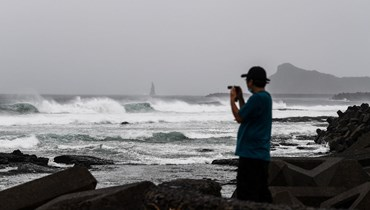 """الإعصار """"هايشن"""" يضرب اليابان بقوة: رياح عاتية وأمطار غزيرة... وتحذير من انزلاقات أرضيّة"""