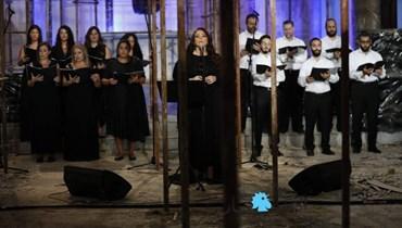 من كنيسة مار مارون المهشّمة في الجميزة... عبير نعمة رنّمت للأمل (صور وفيديو)