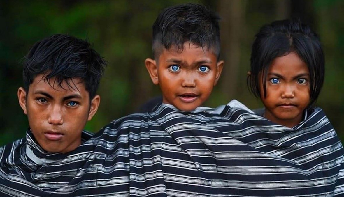أطفال من سكان جزيرة بوتون بعيون زرقاء