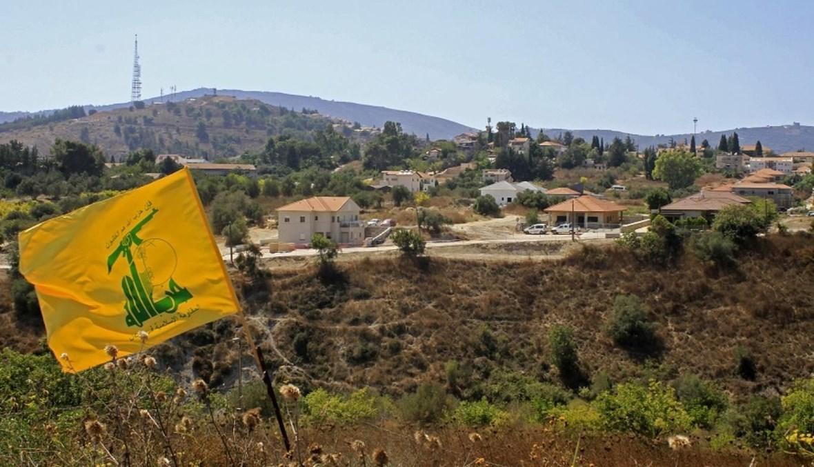 """راية """"حزب الله"""" في سهل الخيام عند الحدود الجنوبية (أ ف ب)."""