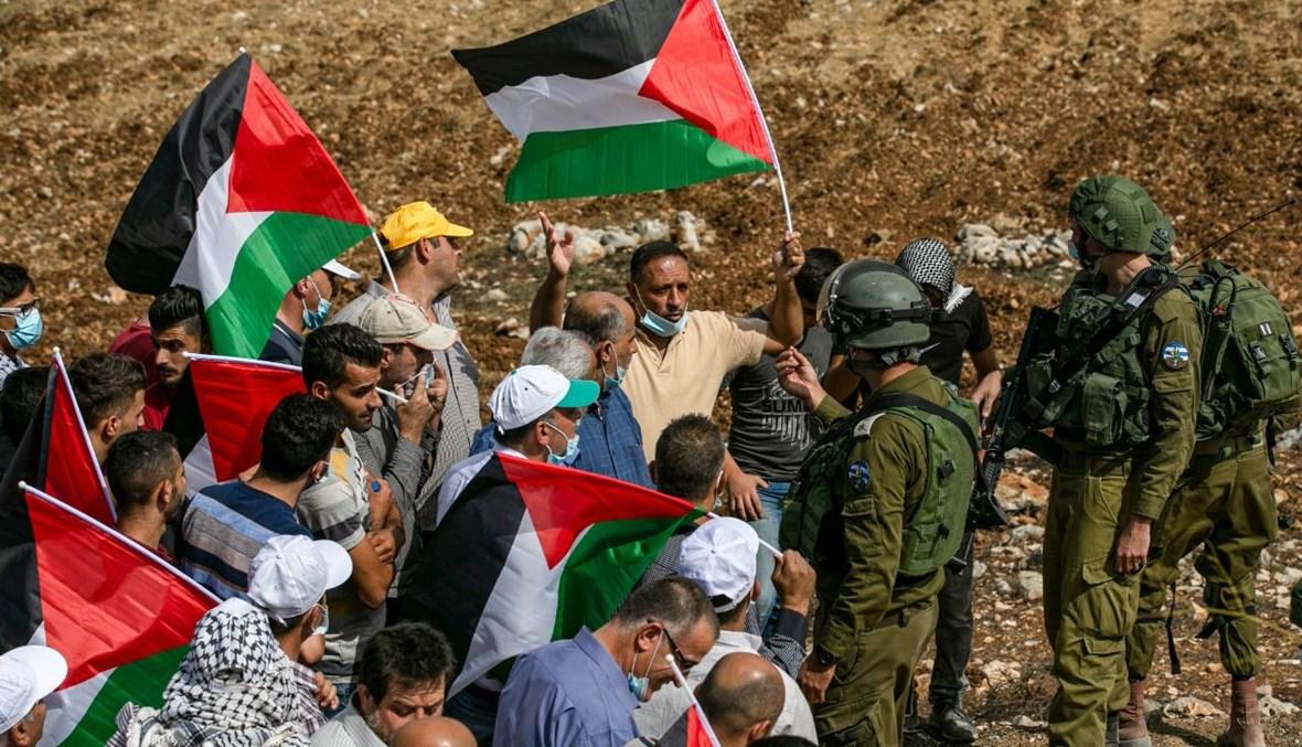 فلسطينيون خلال مواجهات مع جنود إسرائيليين خلال تظاهرة ضد المستوطنات اليهودية في بلدة عصيرة الشمالية بالضفة الغربية المحتلة (9 ت1 2020، أ ف ب).