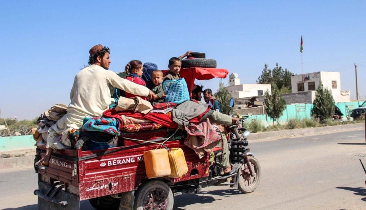 نازحون يفرون من منطقة نادالي إلى لشكركاه خلال الاشتباكات المستمرة بين مقاتلي طالبان وقوات الأمن الأفغانية ولاية هلمند (14 ت1 2020، أ ف ب).