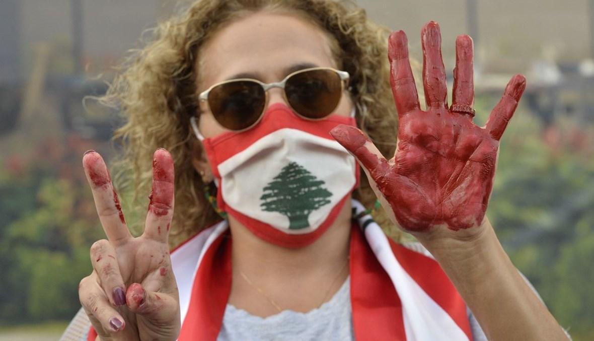 سيدة صبغت يدها بالأحمر دلالةً على إهدار السلطة دم الشعب (تصوير نبيل إسماعيل).