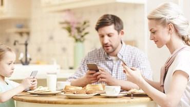 الهاتف الذكي يهيمن على حياتنا... كيف يتعامل الأهل مع أولادهم؟