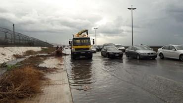 وزارة الاشغال باشرت تنظيف مجاري الطرقات الدولية والاقنية