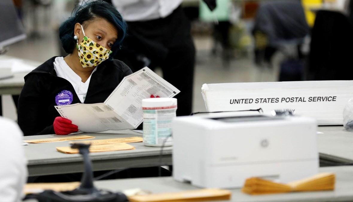 عملية فرز الأصوات في أحد مراكز ديترويت في ميشيغان (أ ف ب).