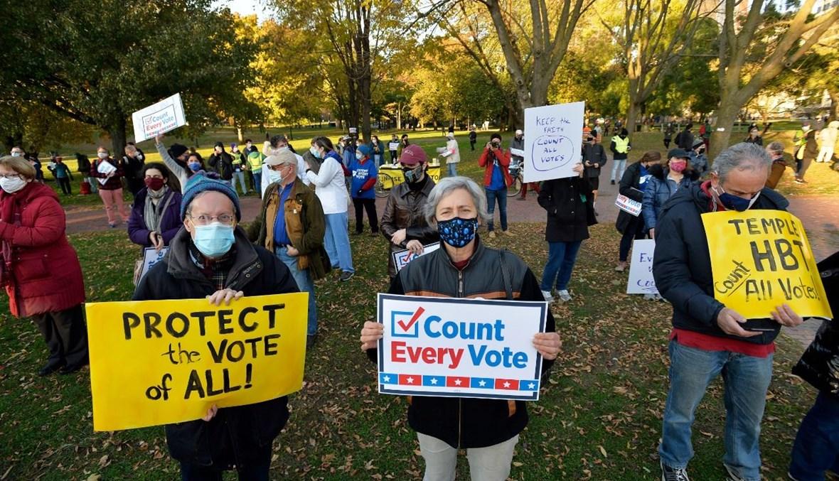أشخاص تجمعوا في بوسطن بماساتشوستس للاحتجاج على تهديد ترامب بالاعتراض على نتائج الانتخابات (4 ت2 2020، أ ف ب).