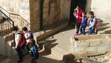 النازحون السوريون يسبقون وزارة التربية ويفتتحون مدرسة في إهدن