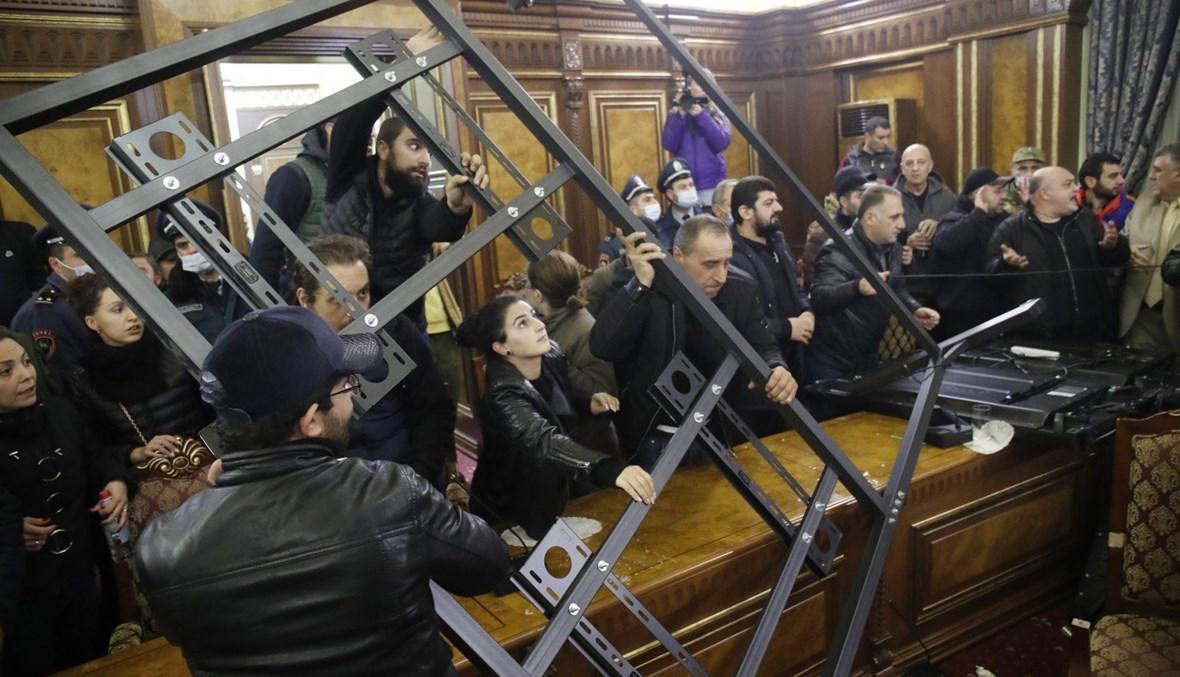 مواطنون أرمن يقتحمون مقارًا حكومية