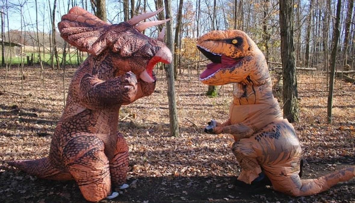 زوجان أميركيان بزي ديناصور