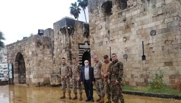 برغم تساقط الأمطار... فوج التدخل الأول أنجز أعمال ترميم جدران قلعة طرابلس الأثرية وتنظيفها