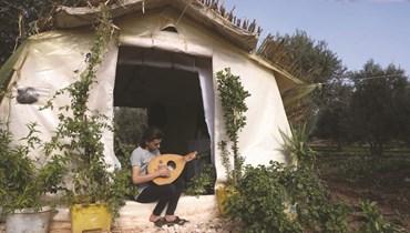 قصة نازح سوري شاب... كتب وحديقة في خيمة أراد أن تشبه منزل طفولته